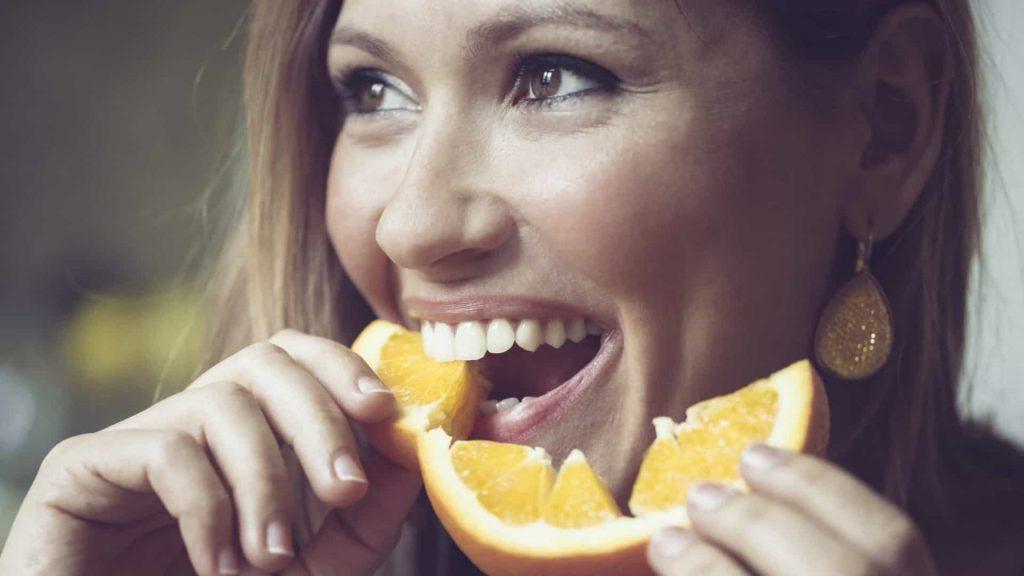 comendo laranja