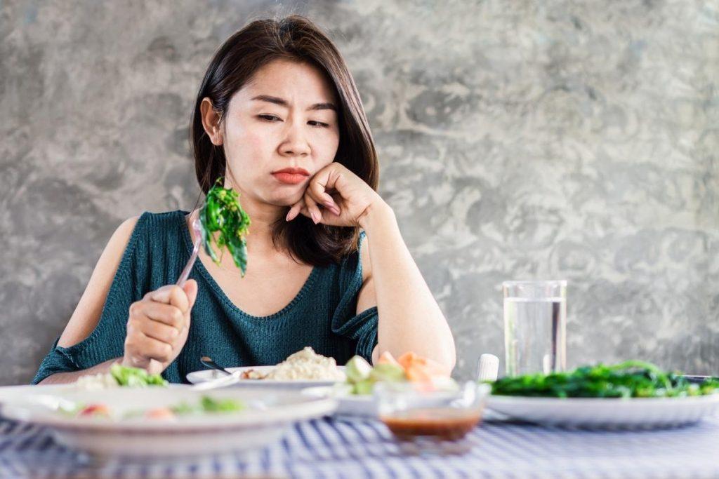 mulher comendo couve