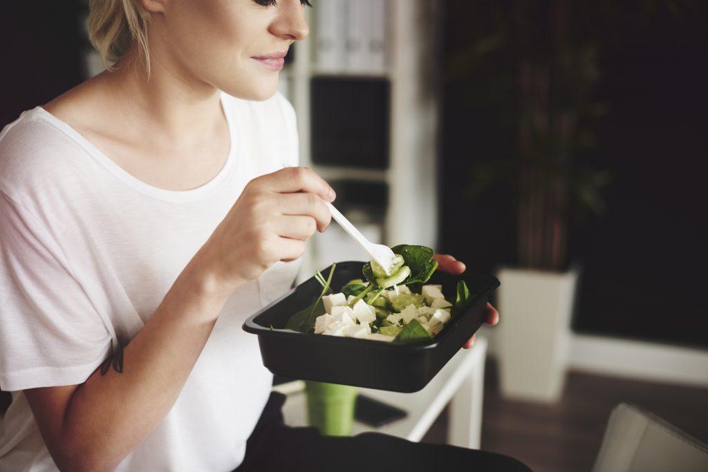 mulher comendo leguminosas